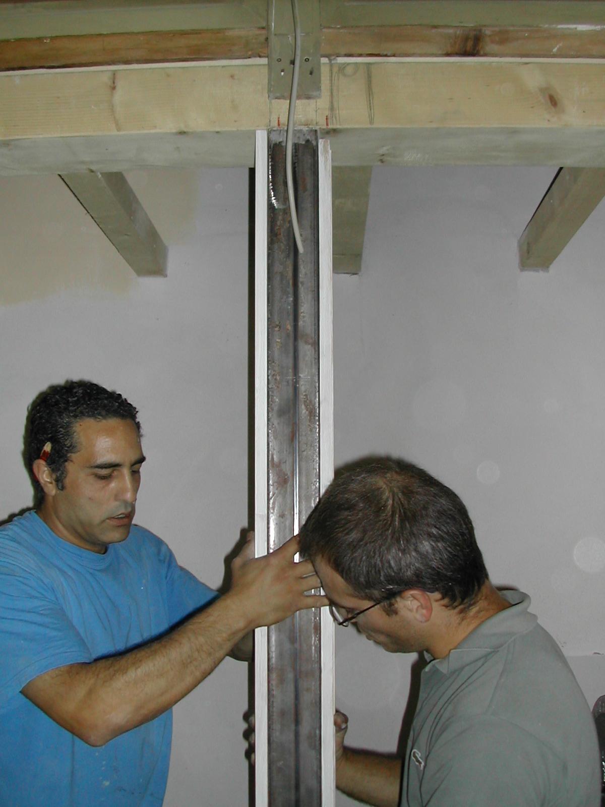 Posa in opera di uno dei nuovi pilastrini della platea con inserimento del tubolare di ferro