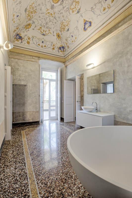 Grande sala da bagno con vasca