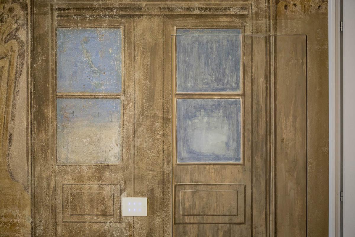 Porte mimetizzate nelle pareti decorate