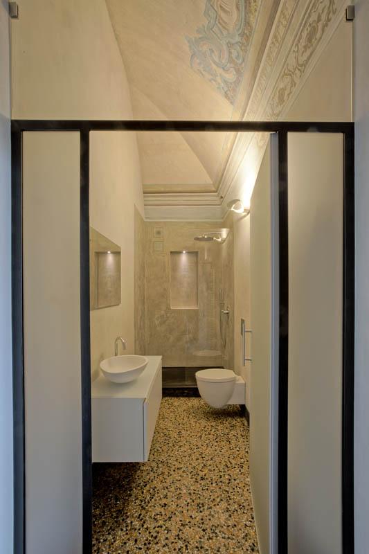 Bagno piccolo con sanitari e doccia