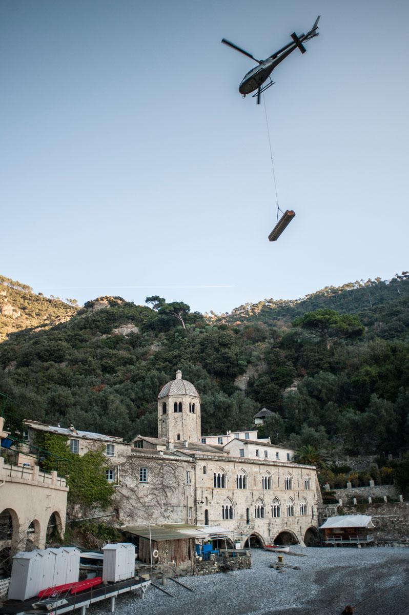 Fasi di trasporto materiale con l'ausilio dell'elicottero