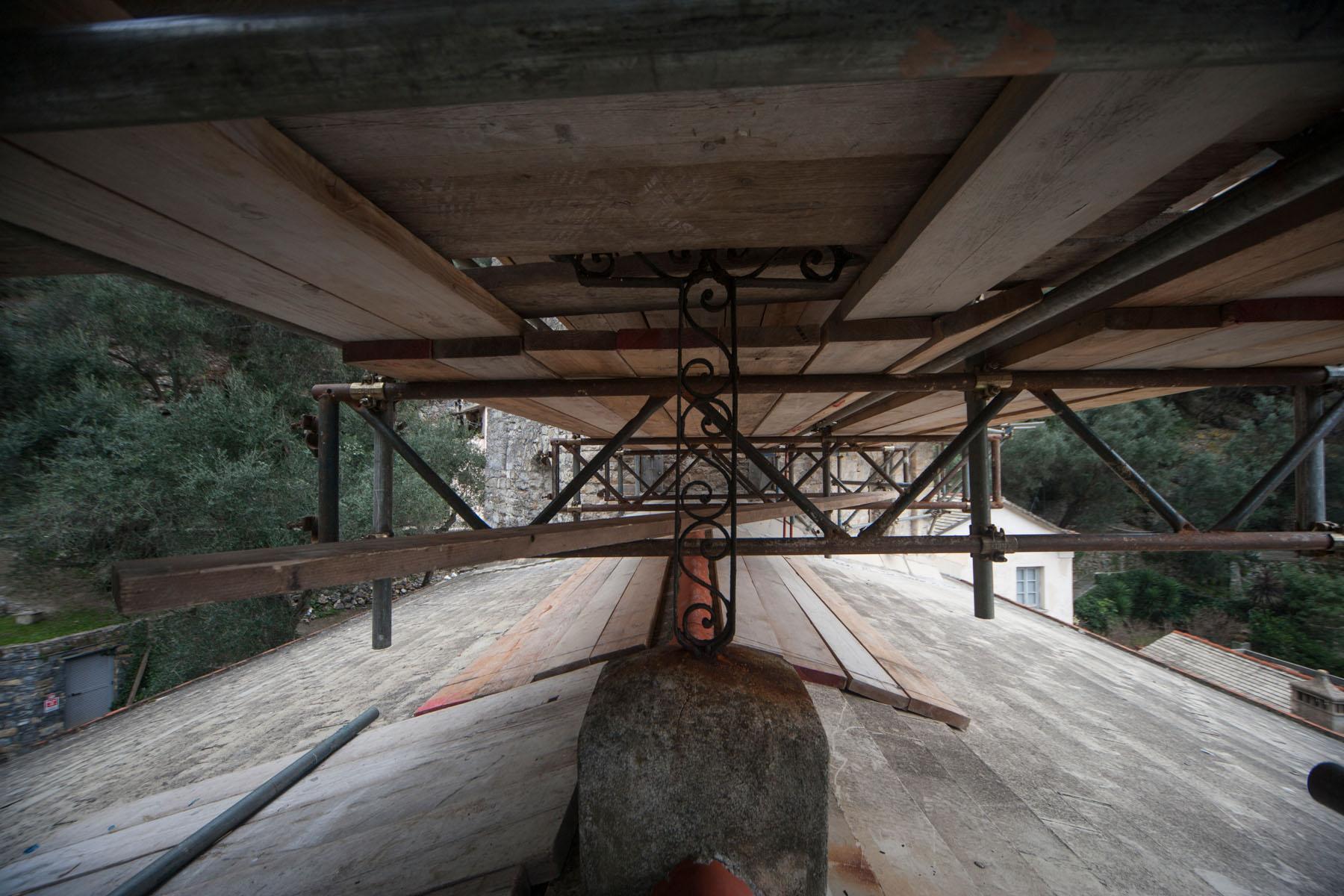 I ponteggi autoportanti della ditta edile Formento Restauri all'Abbazia di San Fruttuoso.