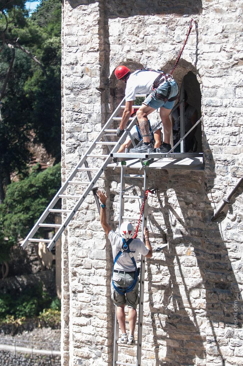 Installazione di piattaforme e scale esterne, fissate ai perni metallici della linea vita
