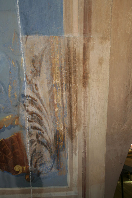 Fasi del ripristino dei decori originali, precedentemente nascosti da rifacimenti più recenti