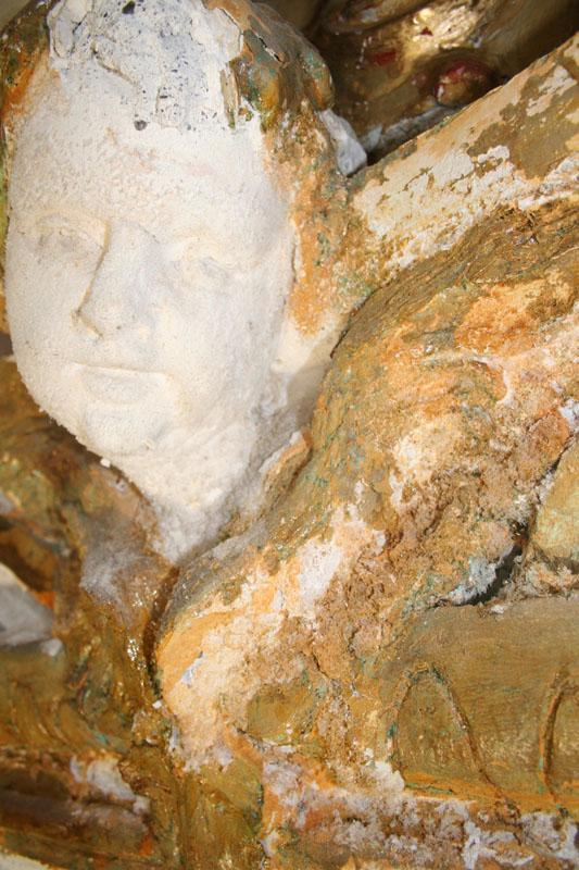Stato di degrado iniziale dei capitelli della navata laterale, con la presenza di sali e di lacune conseguenti alla caduta delle dorature sugli stucchi danneggiati dall'umidità