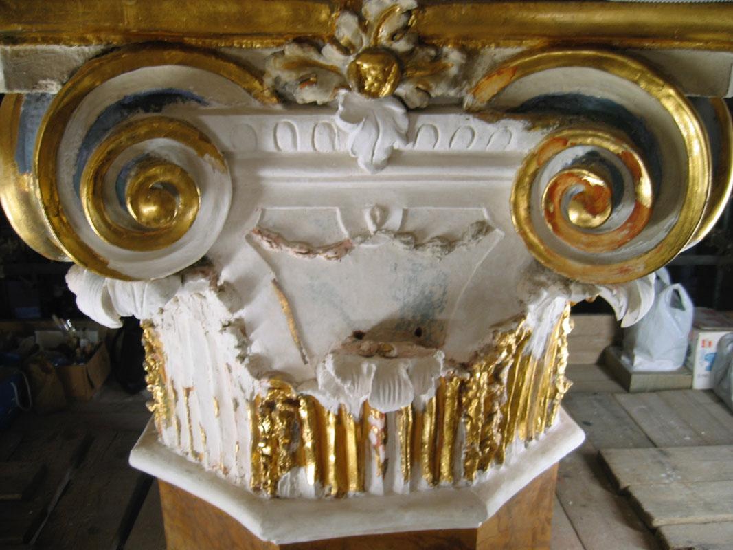 Stesso capitello pronto per la doratura, dopo la ricostruzione dei volumi mancanti