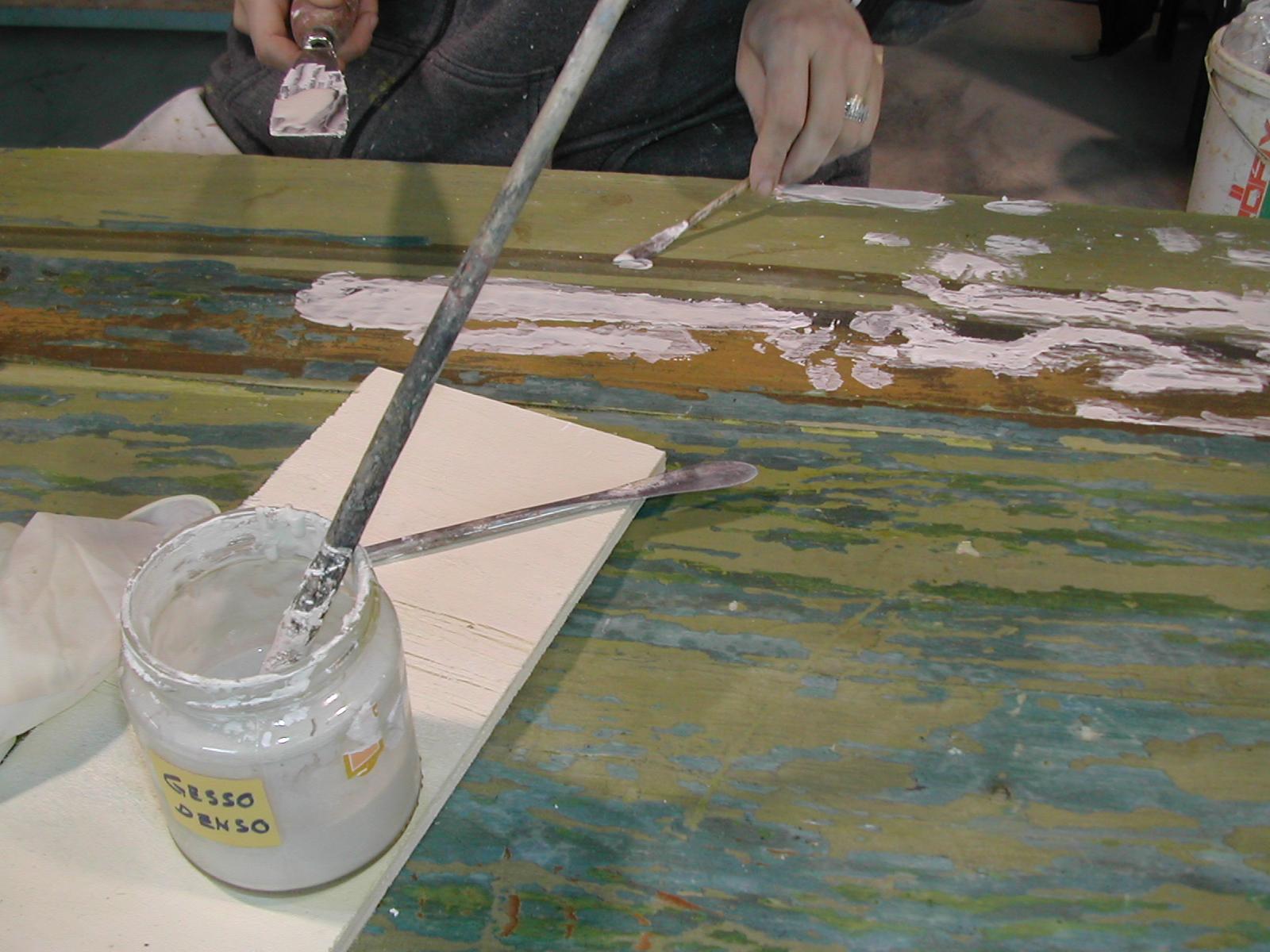 Stuccatura a spatola delle lacune per mezzo di un impasto composto da gesso e colla animale