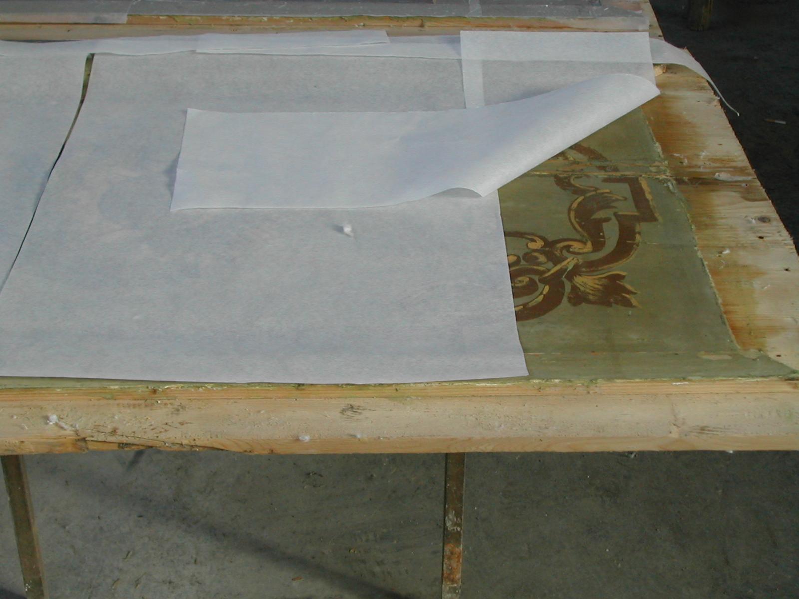 Preparazione alla stesura di carta giapponese per il fissaggio della pellicola pittorica