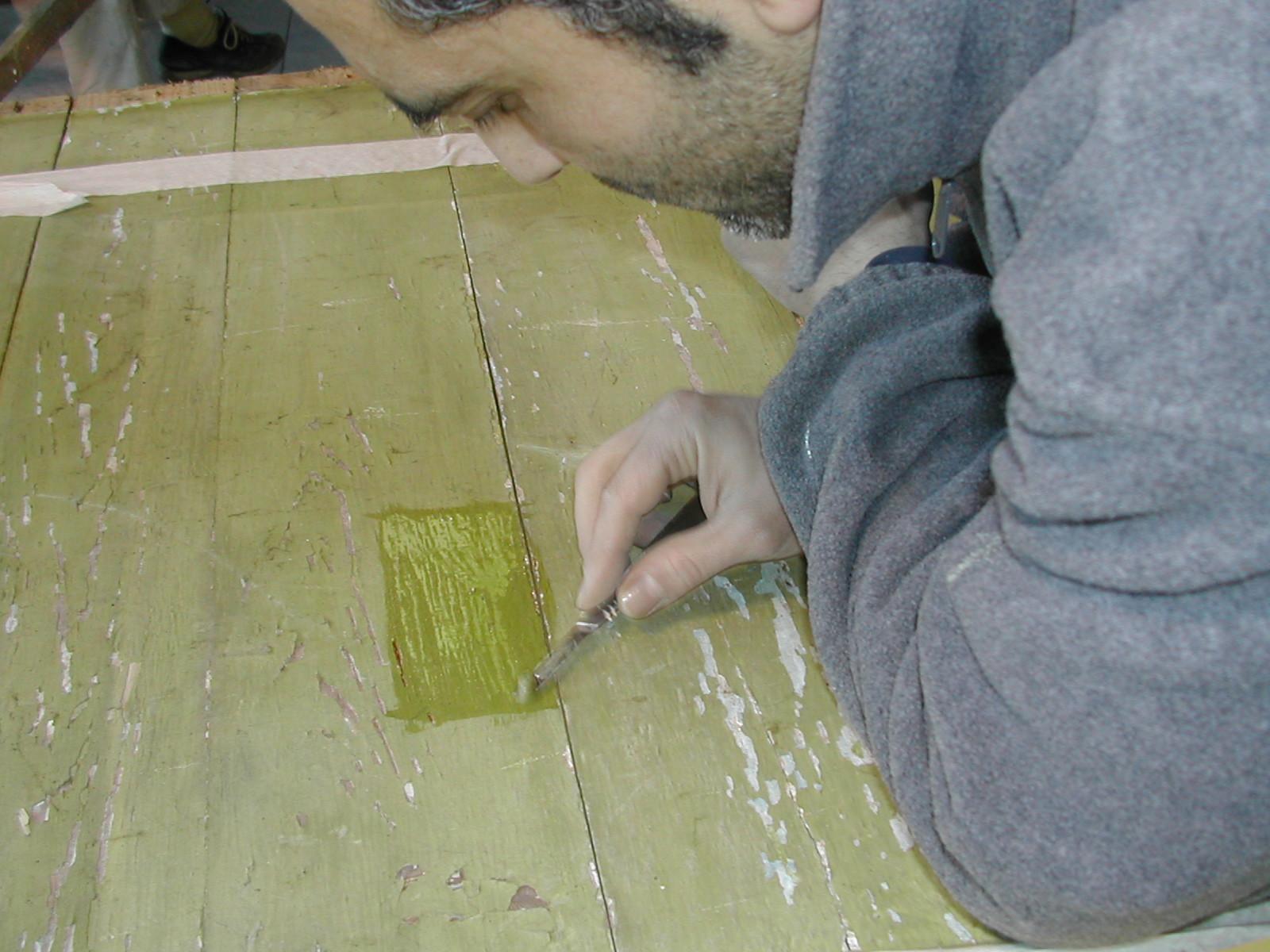 Asportazione dello sverniciatore con bisturi e cotone