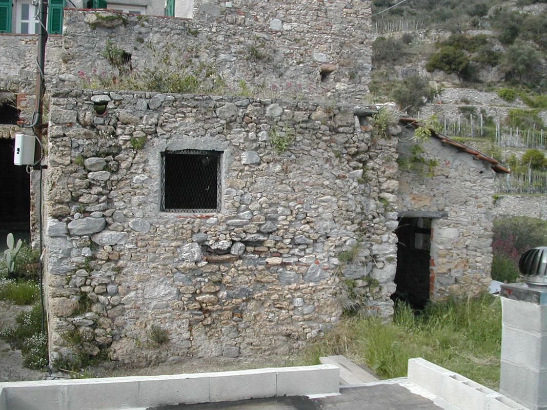 Condizione di abbandono e degrado del casolare prima dei lavori di ristrutturazione