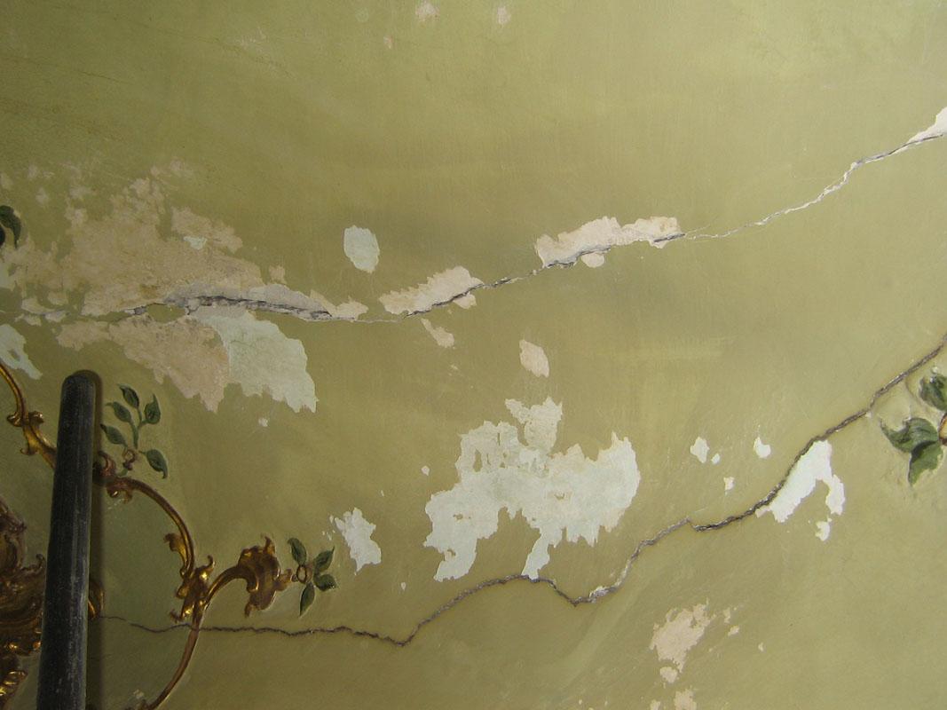 Dettagli di profonde crepe sulla volta e su tutta la superficie muraria, che talvolta rendevano visibile il canniccio sottostante