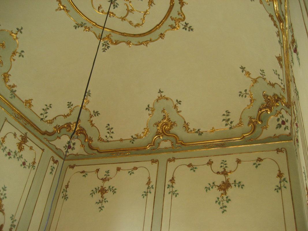 Completamento della ricostruzione degli stucchi, con l'eliminazione della bronzina e delle dorature.