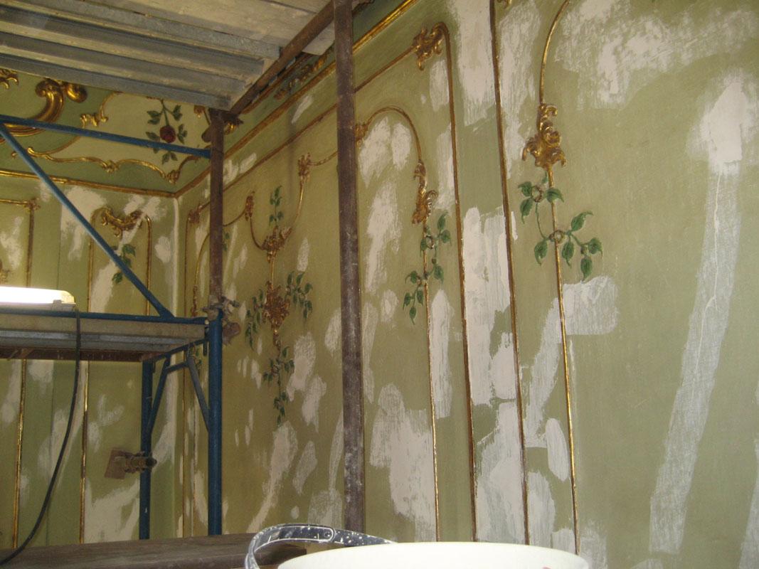 Stuccature per bloccare il distaccamento pittorico, con successiva ricostruzione degli stucchi. Ove mancanti, sono state usate gomme siliconiche.