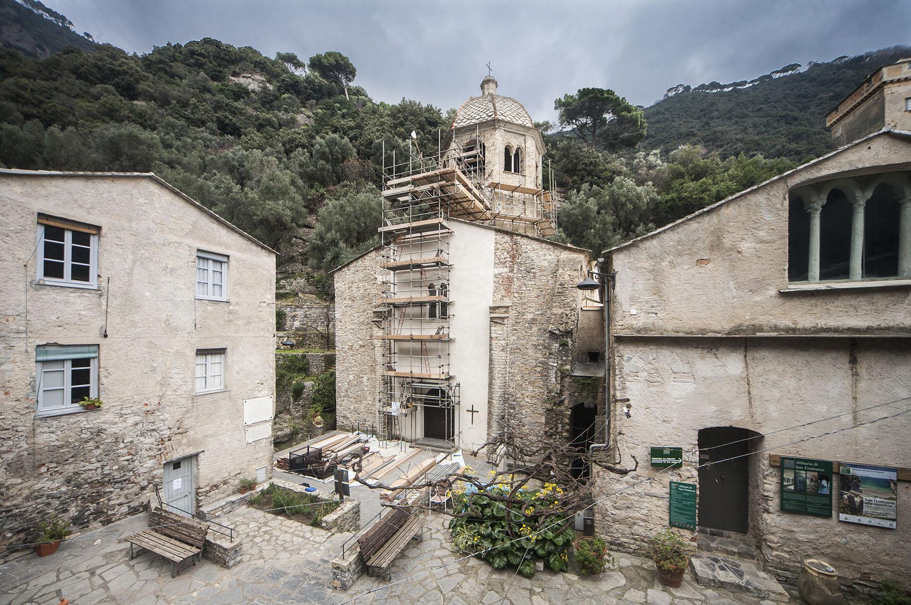 Ponteggi intorno alla torre nolare, oggetto principale dei restauri