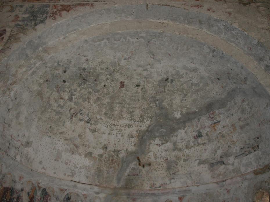 Particolare della volta absidale prima del restauro, dove si nota l'ampia stuccatura cementizia