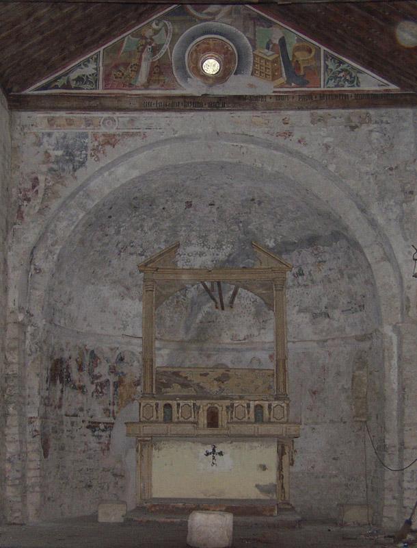 Vista completa dell'abside prima del restauro, dove si nota l'ampia stuccatura cementizia