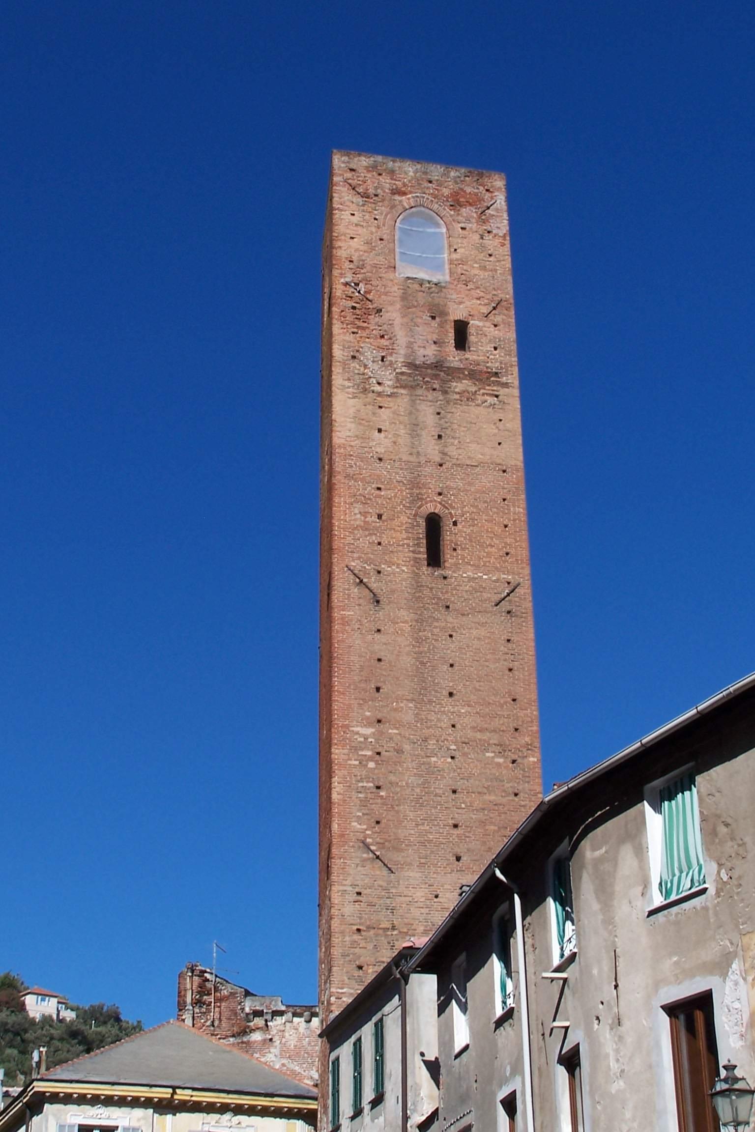 Panoramica della torre vista da terra