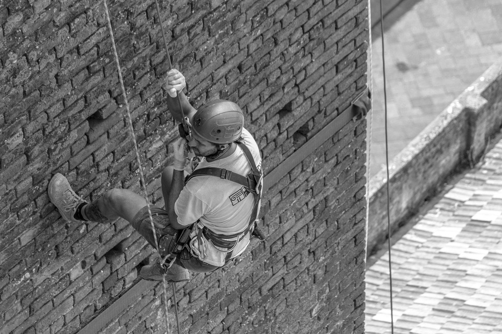 Gli operai della ditta edile Formento Restauri sono specializzati in restauri in quota, su fune, senza utilizzo di ponteggi.
