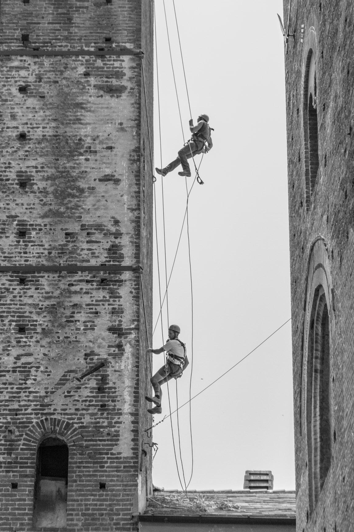 Gli operai della ditta edile Formento Restauri sono specializzati in restauri in quota, messa in sicurezza e restauro di edifici storici.