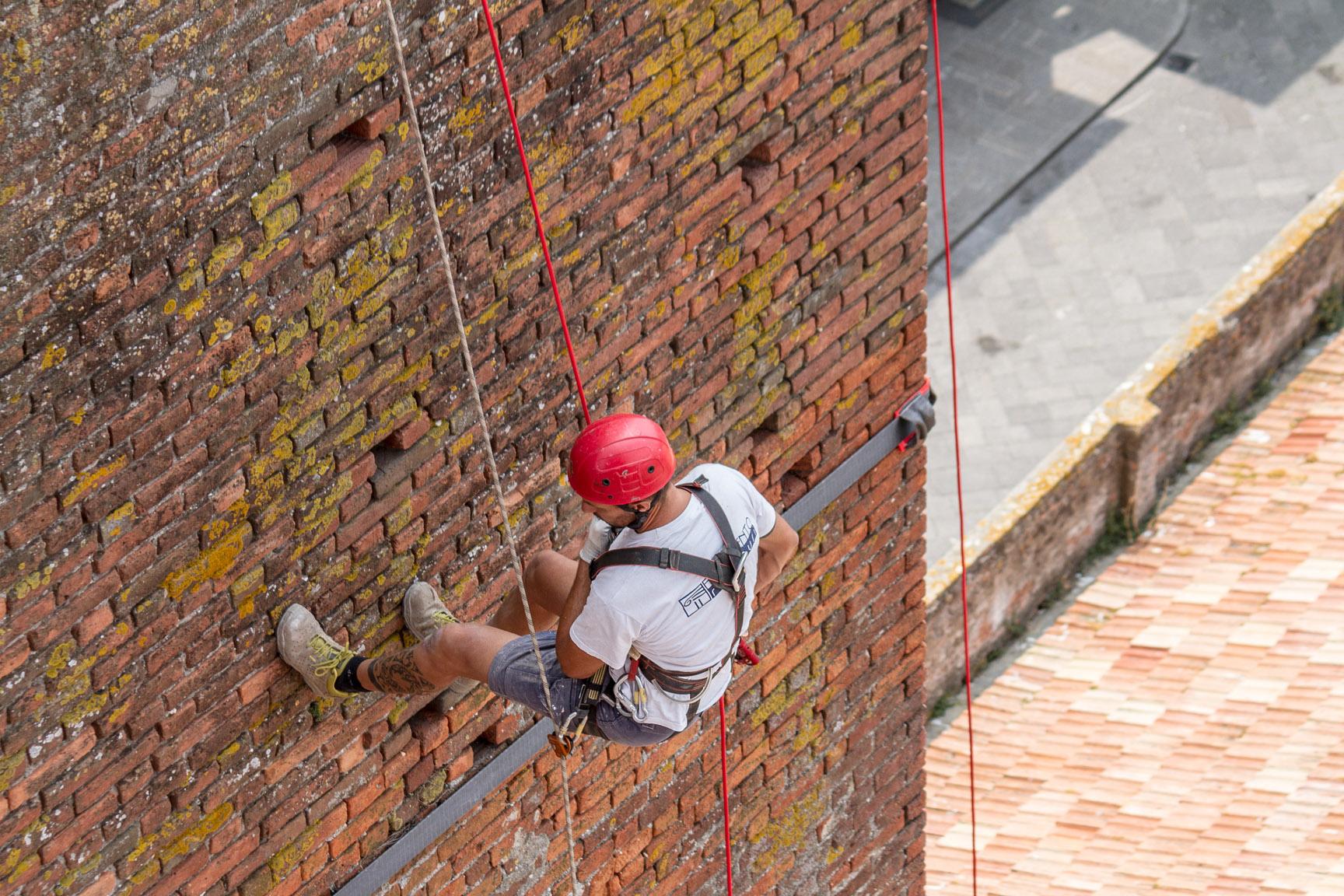 Gli operai della ditta edile Formento Restauri sono specializzati in restauri in quota, su fune, senza utilizzo di impalcature.