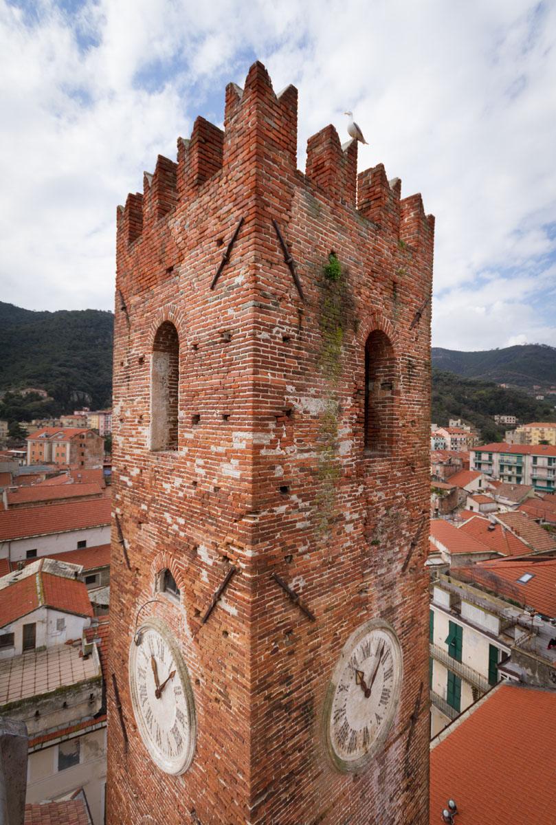 Gli operai di Formento Restauri sono specializzati in rimozione manuale di vegetazione dagli edifici storici.