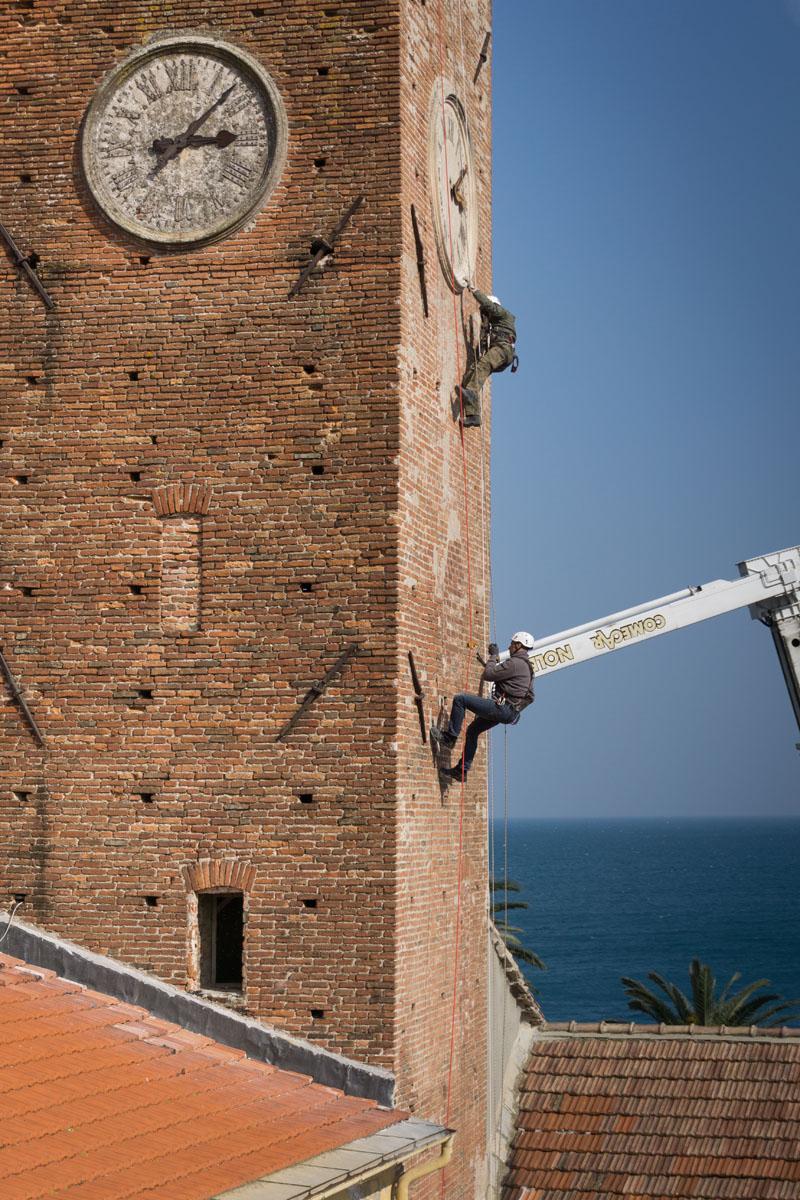 Operai Formento specializzati in lavori operano all'esterno della Torre tramite funi