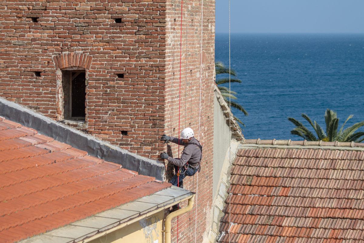 Gli operai di Formento Restauri sono specializzati in restauri in quota di edifici storici pubblici e privati.